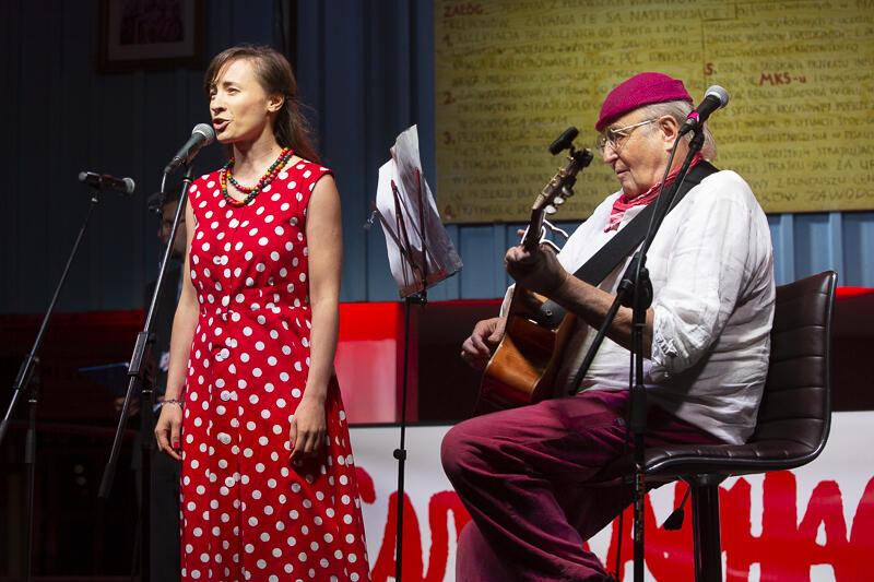 """Nastia Niakrasava z towarzyszeniem Jacka Kleyffa odśpiewała białoruską wersję """"Murów"""" Jacka Kaczmarskiego"""