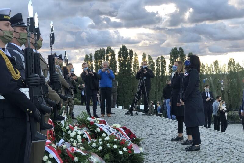 Po uroczystości prezydent Aleksandra Dulkiewicz i przedstawiciele Miasta Gdańska weszli na kopiec na Westerplatte, gdzie pod pomnikiem Obrońców Wybrzeża złożyli wieniec