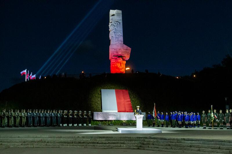 Przed godziną 4.45 panują jeszcze ciemności, co daje możliwość zastosowania na Westerplatte efektownych iluminacji