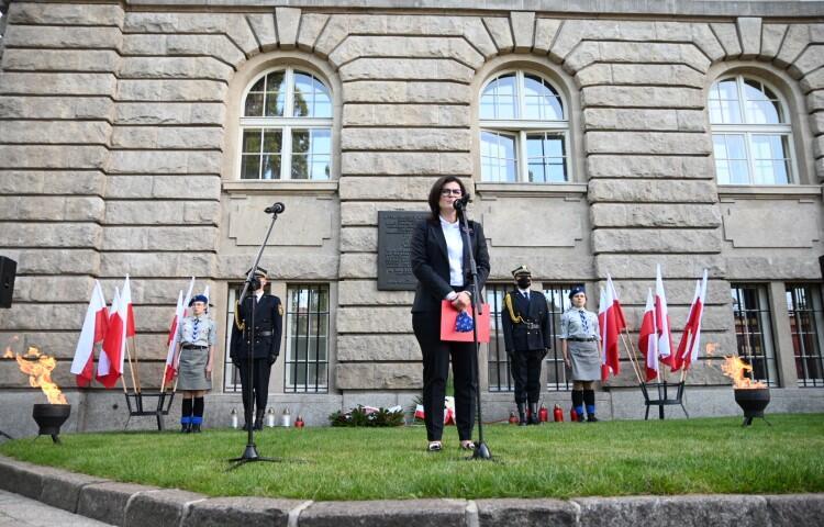- Często spotykam się ze stwierdzeniem, że wojna to wielka przygoda, to szkoła odwagi i męstwa - mówiła podczas uroczystości prezydent Gdańska. - W tych stwierdzeniach jest tylko część prawdy