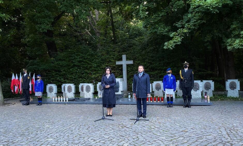 Prezydent Aleksandra Dulkiewicz na Cmentarzu Żołnierzy Wojska Polskiego na Westerplatte. Fot. FB A. Dulkiewicz