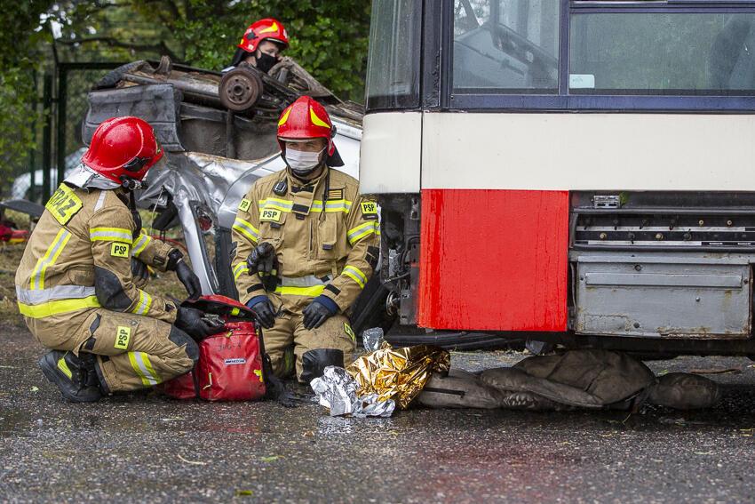 Ratownicy mieli za zadanie wydobyć poszkodowanych zakleszczonych w pojazdach
