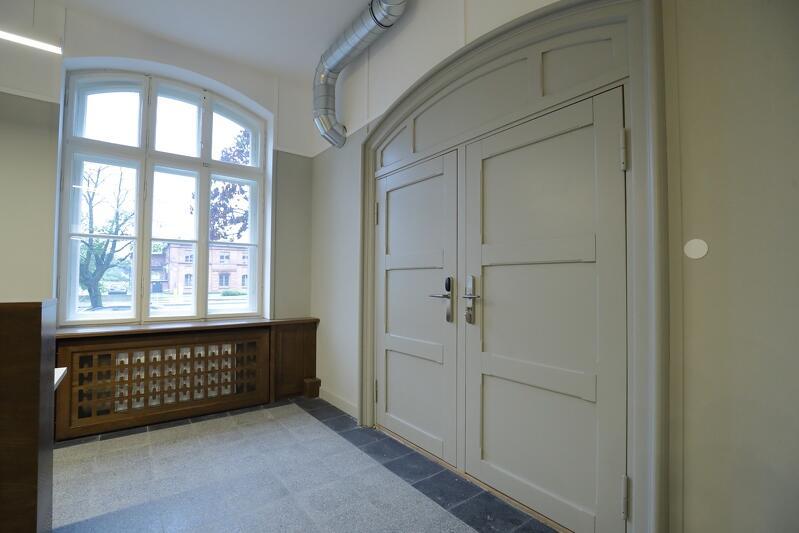 Odrestaurowanie tych zabytkowych drzwi było nie lada wyzwaniem. Znajdują się na parterze i prowadzą do sali konferencyjnej
