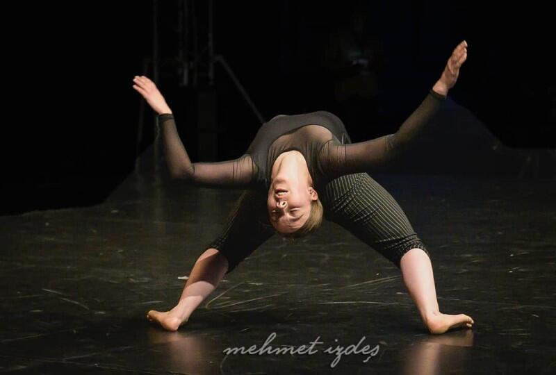 Cemence Juglet wygrała w konkursie Solo Dance Contest. - Solo nie wymaga specjalnych efektów świetlnych, tancerka po prostu wykorzystuje domowy salon i muzykę, aby stworzyć dzieło o nadzwyczajnej dramaturgii i fizyczności - orzekli członkowie jury