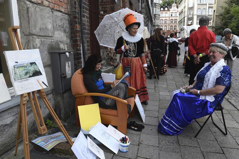 Zdjęcie zrobione podczas pierwszego Święta ul. Biskupiej. Nie zabrakło wtedy wspólne malowanie ulicy oraz mieszczek ze Stowarzyszenia Nasz Gdańsk