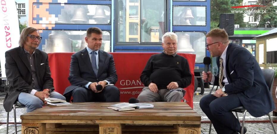 Od lewej Romuald Mieczkowski, Eduard Mažul, Bogdan Borusewicz, Tomasz Snarski w rozmowie na scenie festiwalu Wilno w Gdańsku, 5 września 2020 r.