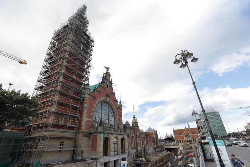 Renowacja elewacji dworcowej wieży, mimo widocznych rusztowań, jest już prawie gotowa