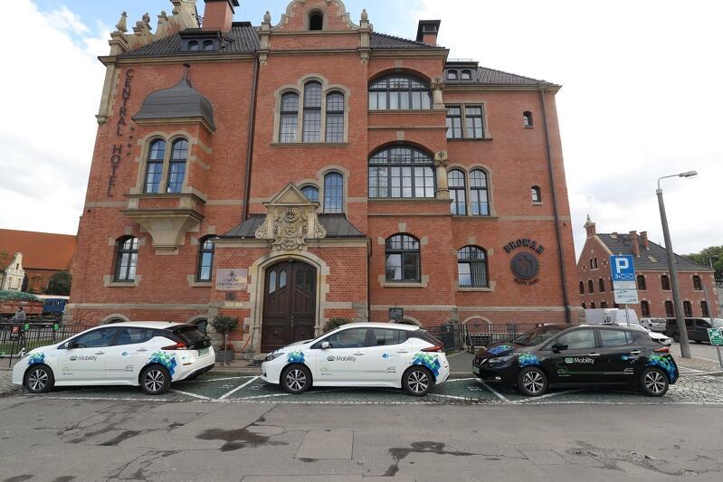 Pojazdy wypożycza się i oddaje na wyznaczonych miejscach parkingowych przy Central Hotelu
