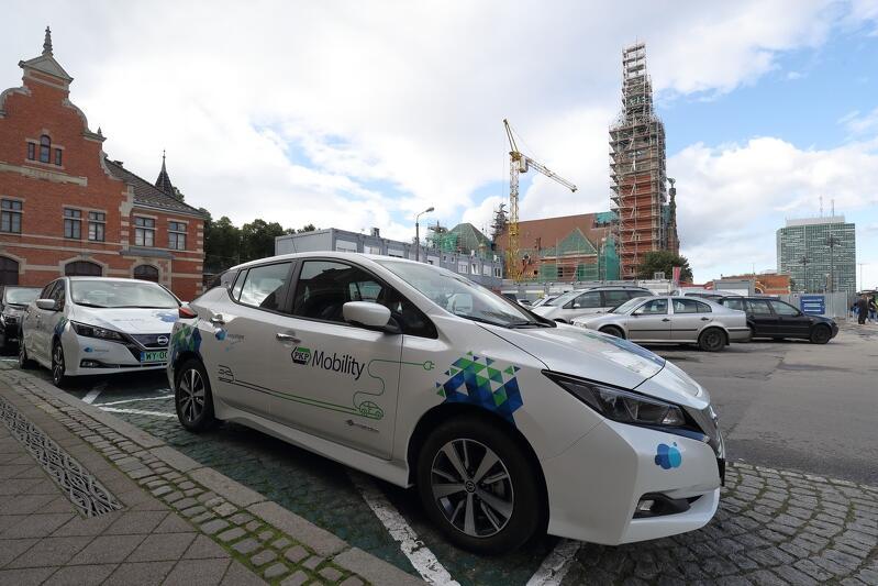 Samochody elektryczne PKP Mobility  przed dworcem Gdańsk Główny