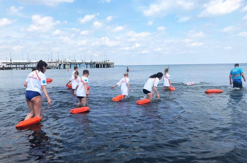 Plaża w Brzeźnie. Szkolenie młodych osób, które chciałby zostać ratownikami