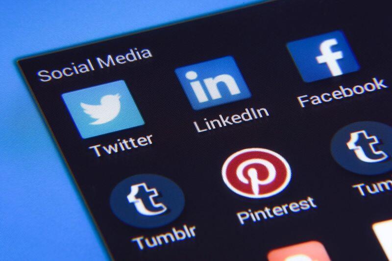 LinkedIn oraz inne media społecznościowe są świetnym miejscem na znalezienie ogłoszeń o praktykach