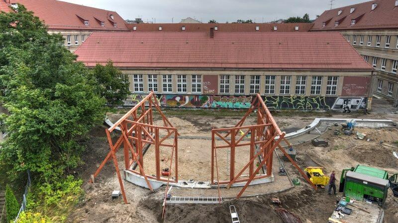 Przy ul. Wilka-Krzyżanowskiego 8 trwa budowa konstrukcji mini-amfiteatru