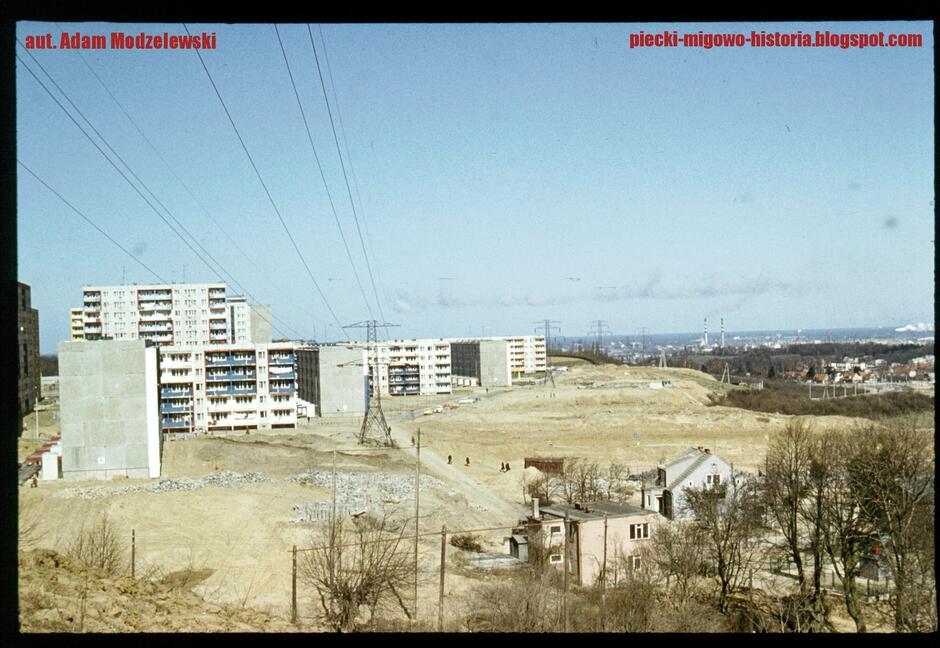 Na zdjęciu, na pierwszym planie widać domy przy ul. Piecewskiej. Po lewej znajdują się bloki przy ul. Gojawiczyńskiej, Nałkowskiej i Zabłockiego