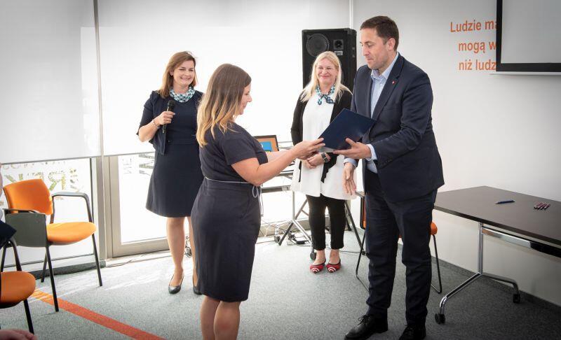 Piotr Borawski, zastępca prezydenta ds. przedsiębiorczości i ochrony klimatu wręcza certyfikaty amba