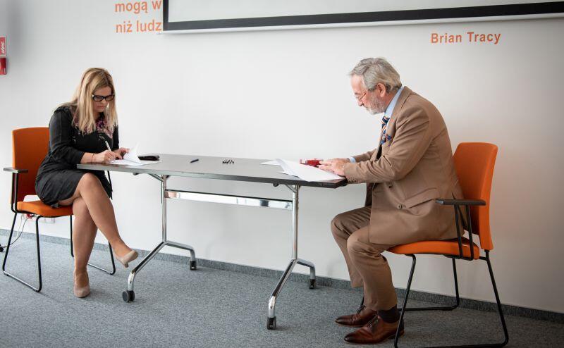 Roland Budnik, dyrektor GUP podpisuje umowy ambasadorskie z przedstawicielami sześciu gdańskich szkół