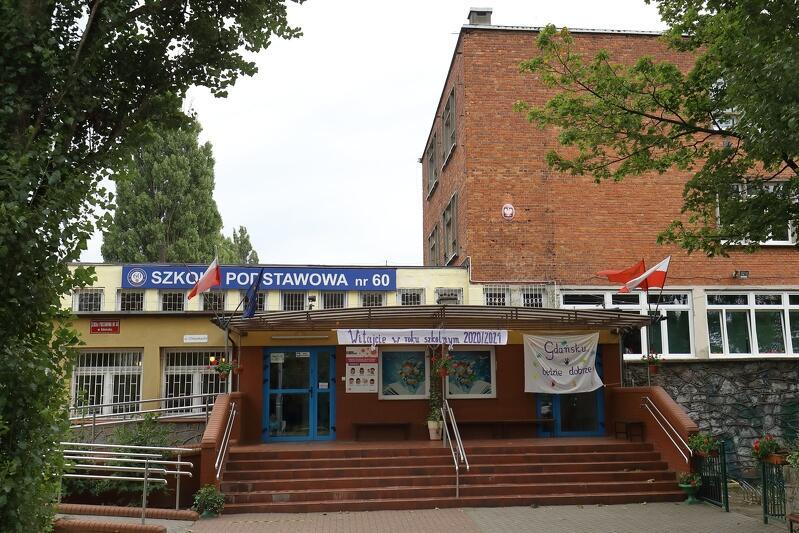 Wejście główne do Szkoły Podstawowej nr 60 przy ul. Chłopskiej 64