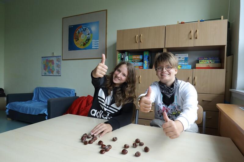 Od lewej: uczennice Amelia i Nina w nowej sali do pracy indywidualnej z uczniem w Szkole Podstawowej nr 60 w Gdańsku