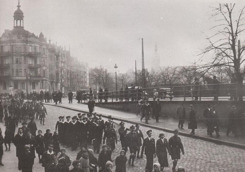Pochód harcerek i harcerzy gdańskich w kierunku siedziby Chorągwi Gdańskiej w gmachu Dyrekcji PKP, 1939 r