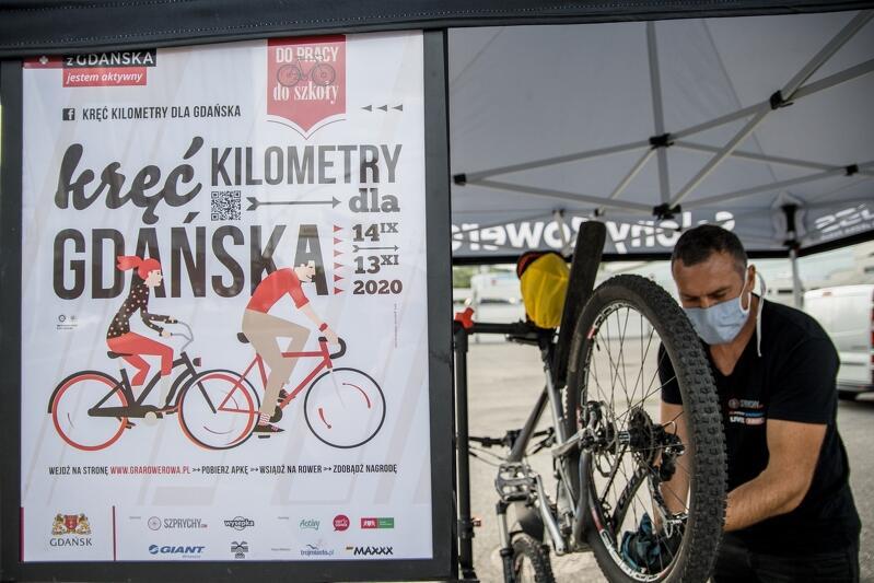 Szybki, bezpłatny, drobny serwis roweru lub przegląd? Dla uczestników gry rowerowej `Kręć kilometry dla Gdańska` owszem, w namiocie promującym akcję