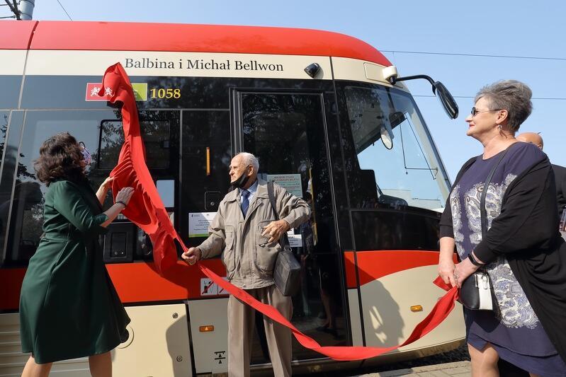 Na przystanku Nowe Ogrody odbyła się uroczystość nadania imion Balbiny i Michała Bellwonów jednemu z tramwajów przez prezydent Gdańska Aleksandrę Dulkiewicz
