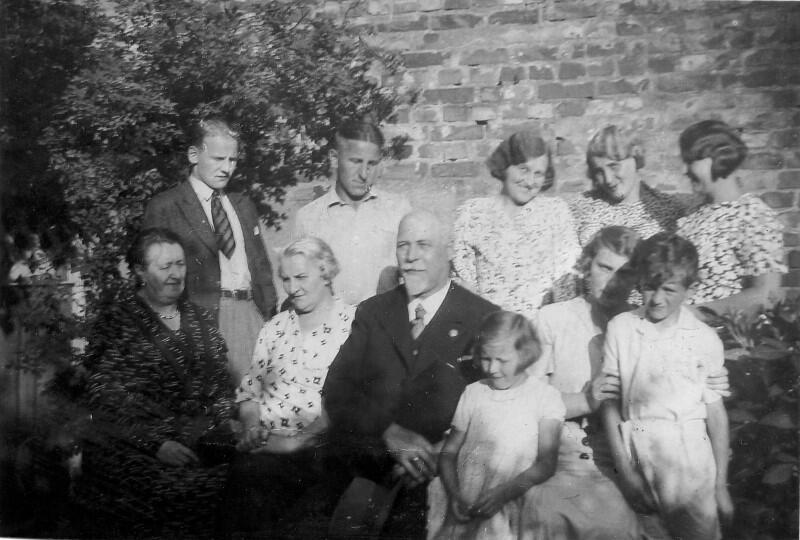 Balbina i Michał Bellwonowie [na zdj. siedzą druga i trzeci z lewej] w otoczeniu synów, córek i wnuczków, lata 30. XX wieku