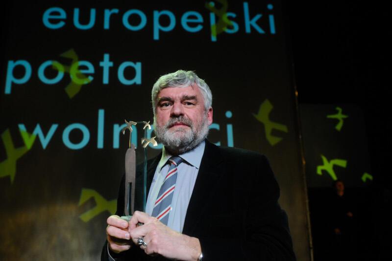 """Uładzimier Arlou został m.in. laureatem nagrody Europejski Poeta Wolności autor za książkę """"Prom przez kanal La Manche"""". Nz. białoruski poeta podczas uroczystej gali wręczenia nagrody, Teatr Wybrzeże 2010 rok"""