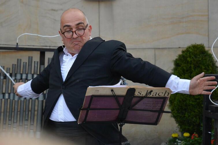 Adam Walny to związany z Trójmiastem reżyser teatralny, aktor i lalkarz. Założyciel i szef autorskiego teatru Walny-Teatr