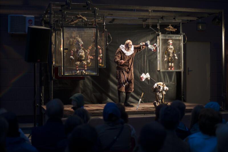 """""""Laboratorium Zniewolonych Obiektów"""" - to hasło III MiędzynarodowegoFestiwalu Artystów Teatru Przedmiotu """"Rzeczy Istność"""". To oznacza, że królować będą marionetki, jawajki i inne lalki i obiekty. Nz. spektakl plenerowy """"""""Hamlet"""" w reżyserii i wykonaniu Adama Walnego (Walny Teatr z Warszawy), Gdańsk, 2017 r."""
