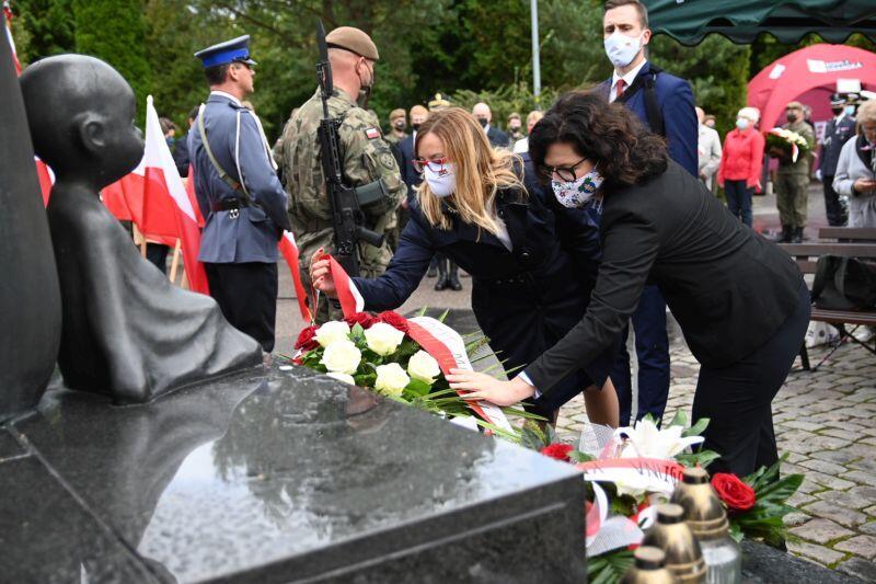 Aleksandra Dulkiewicz, prezydent Gdańska i Agnieszka Owczarczak, przewodnicząca Rady Miasta Gdańska składają kwiaty pod Pomnikiem Golgoty Wschodu