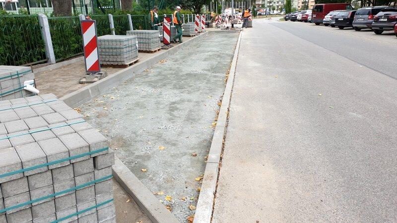 Przy ul. Róży Ostrowskiej trwa budowa chodnika i miejsc postojowych