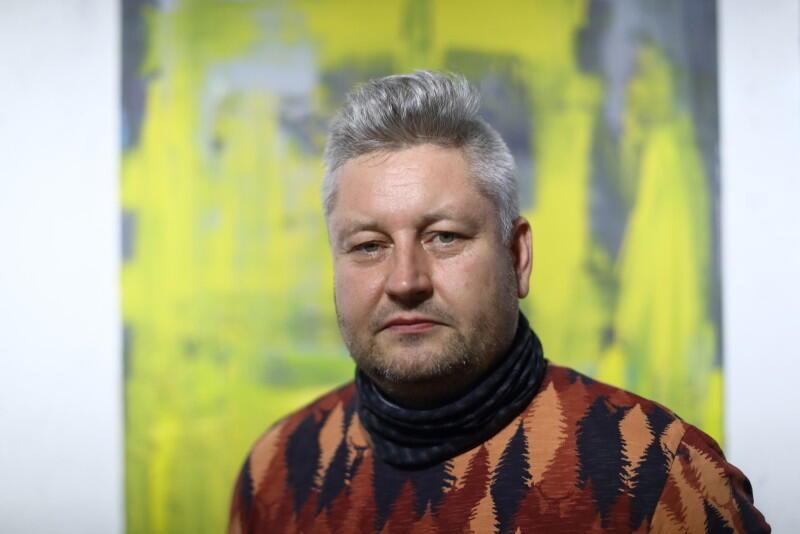 Piotr Szwabe (ur. 1975 w Gdyni) to związany z Gdańskiem artysta, malarz ścienny i sztalugowy, poeta, instalator form przestrzennych i kurator sztuki. Jest stypendystą kulturalnym Miasta Gdańska i Marszałka Województwa Pomorskiego