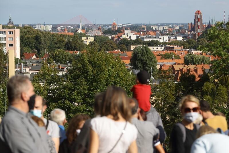 Nowy punkt widokowy w Gdańsku poświęcony jest pamięci Macieja Kosycarza. Podczas otwarcia byli znajomi i przyjaciele fotografa, jego najbliżsi oraz wiele gdańszczanek i gdańszczan