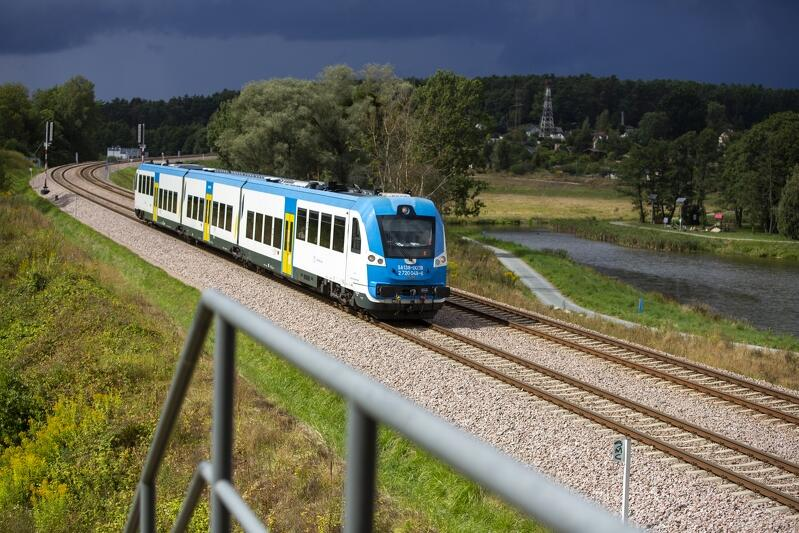 Gdańsk Kiełpinek, tory kolejowe Pomorskiej Kolei Metropolitalnej (PKM). Na zdjęciu szynobus kolei regionalnych POL Regio, w tle zbiornik retencyjny Kiełpinek