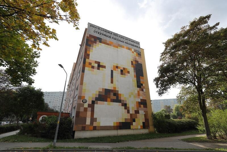 """Budynek przy ul. Pilotów 17 - mural przedstawiający portret legendy """"Solidarności"""" Lecha Wałęsy autorstwa Piotra Szwabe"""