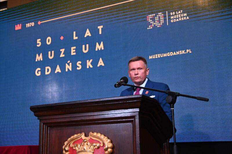 W środę 23 września, w Dworze Artusa, odbyły się uroczyste obchody jubileuszu 50-lecia Muzeum Gdańska. Nz. dyrektor instytucji Waldemar Ossowski, który przypomniał o początkach działalności muzeum i podziękował współpracownikom i przyjaciołom za jego współtworzenie