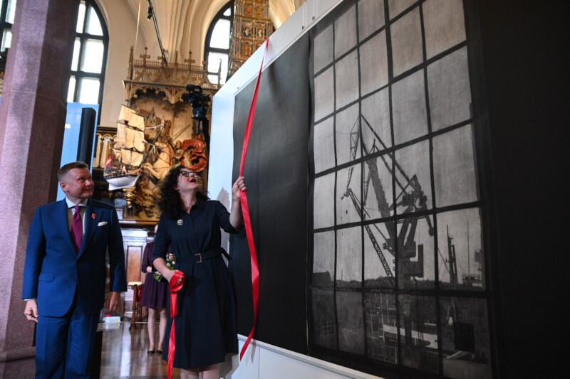Prezydent Gdańska Aleksandra Dulkiewicz przekazała muzeum grafikę Dominika Włodarka. Prezent trafi do kolekcji muzealnej