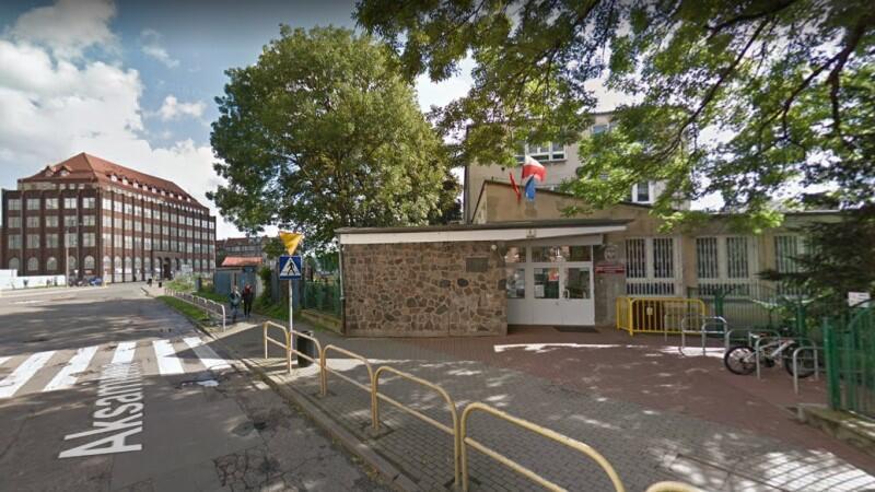 Wejście do Szkoły Podstawowej nr 57 przy ul. Aksamitnej w Gdańsku, która obchodzi 60-lecie istnienia