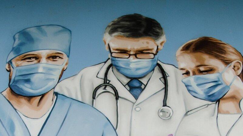 Na zdjęciu fragment muralu przy ulicy Siennickiej przedstawiający pracowników ochrony zdrowia różnych profesji (m.in. lekarza, pielęgniarkę, ratownika medycznego). Mural jest wyrazem wdzięczności dla przedstawicieli tych zawodów