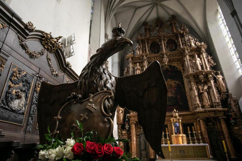 Pulpit na kancjonały w kształcie orła stanisławowskiego z rozpostartymi skrzydłami, trzymający w szponach berło i herb Gdańska
