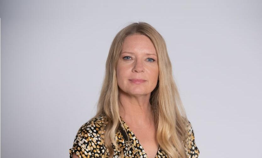 na zdjęciu widzimy kobietę, aktorkę Martę Kalmus, blondynkę o długich włosach na jasnym tle