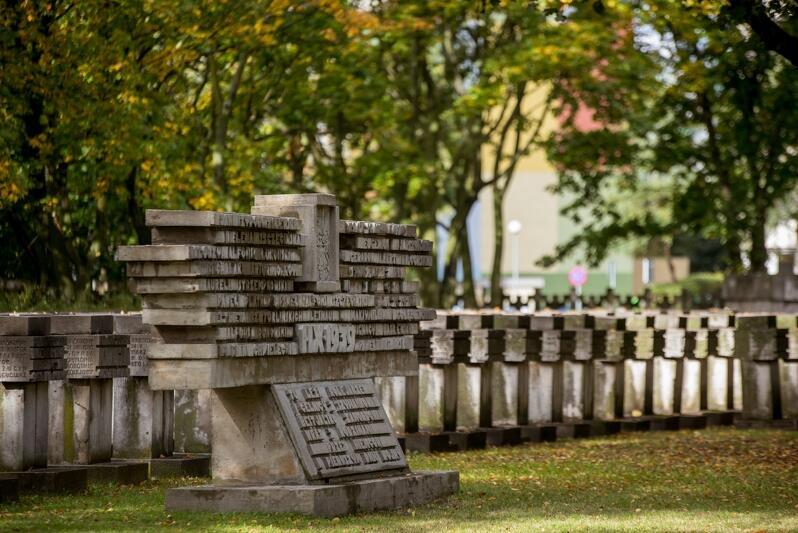 Cmentarz pocztowców na Zaspie. Pomnik i groby rozstrzelanych obrońców Poczty Polskiej w Gdańsku w 1939 roku
