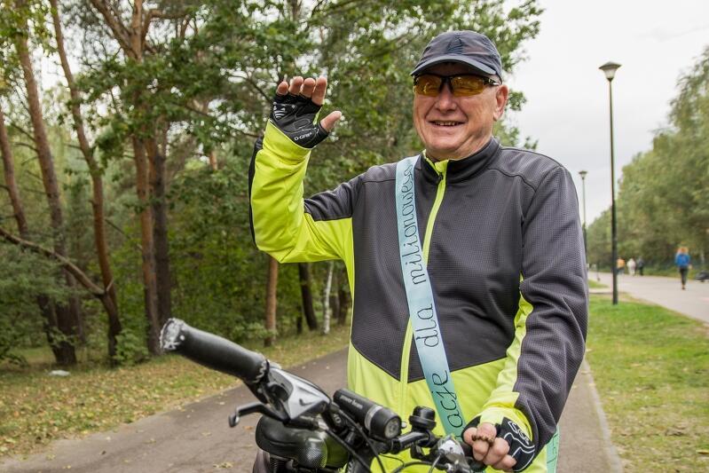 ...milionowy rowerzysta został opasany okolicznościową szarfą
