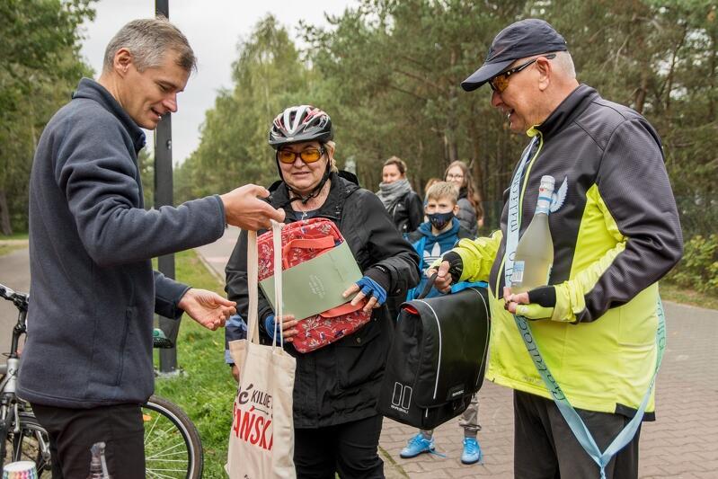 Okolicznościowe upominki wręcza Remigiusz Kitliński pełnomocnik prezydenta Gdańska ds. komunikacji rowerowej