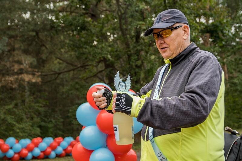 Szampan w rękach milionowego rowerzysty pana Bogusława (bezalkoholowy oczywiście)