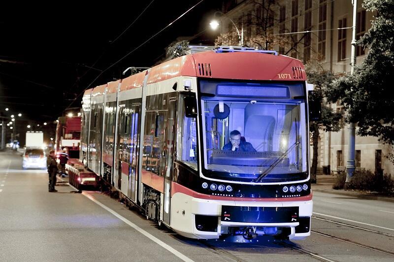 Rozładunek pierwszego - z drugiej transzy - tramwaju PESA Jazz Duo dla Gdańska, noc z 30 września na 1 października 2020 r.