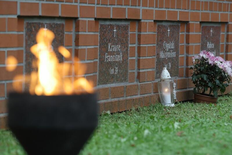 Do sierpnia 1991 roku nie było wiadomo, gdzie znajdują sią zwłoki obronców Poczty Polskiej. Na zbiorowy grób 38 pocztowców przypadkowo trafili robotnicy prowadzący na Zaspie prace ziemne. Ekshumowane szczątki zostały ponownie pochowane na cmentarzu na gdańskiej Zaspie