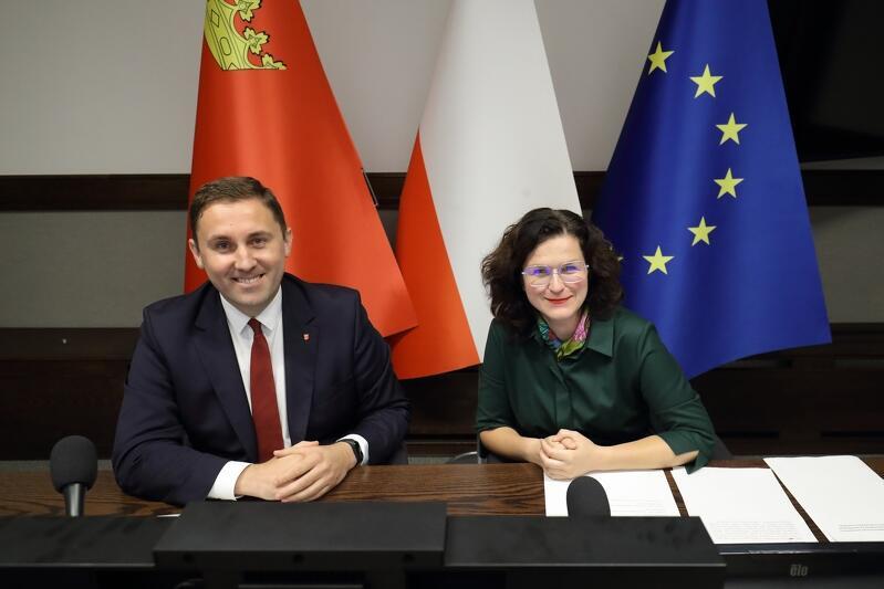 Prezydent Aleksandra Dulkiewicz i zastępca prezydent ds. przedsiębiorczości i ochrony klimatu Piotr Borawski we wtorek, 6 października, przypominali o obowiązku noszenia maseczki, w każdej przestrzeni publicznej, w związku z wejściem Gdańska do żółtej strefy