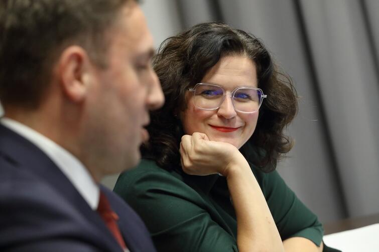 Aleksandra Dulkiewicz zaapelowała o noszenie maseczek i odpowiedzialne zachowanie w związku z trudną sytuacją epidemiczną. Nie zabrakło też dobrych wiadomości - jak na przykład tej, że w piątek, 9 października, do Gdańska przyjedzie Jurek Owsiak, by przekazać sprzęt ufundowany w ramach zbiórki Wielkiej Orkiestry Świątecznej Pomocy