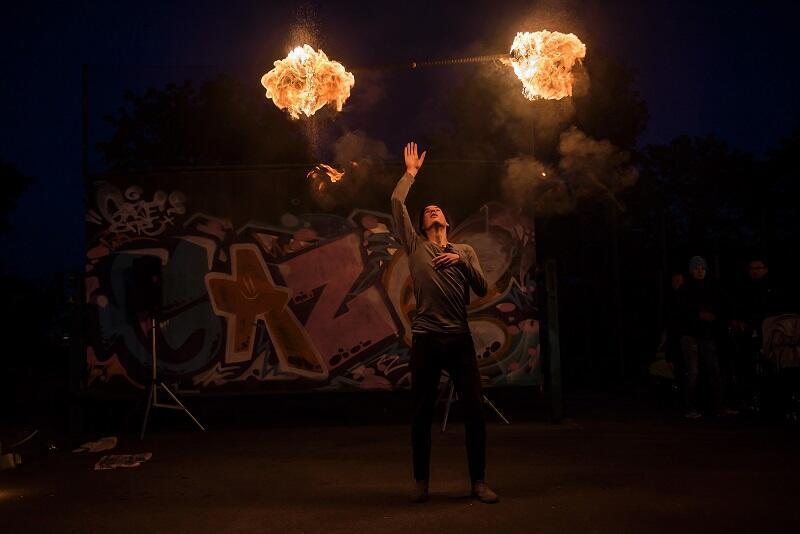 Obrazy Ogniem Malowane to organizowane od 1993 roku wydarzenie plenerowe, zapewniające niezapomniane wrażenia. Niestety w tym roku nie odbędzie się w planowanym terminie - Plama GAK podjęła tę decyzję z uwagi na eskalację epidemii. Nz. pokaz fireshow w wykonaniu Szymona Lisieckiego