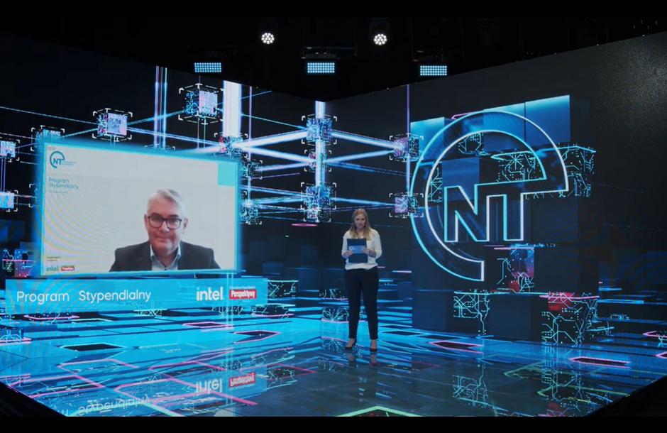 Na zdjęciu widać wirtualne studio. Po prawej stronie stoi osoba prowadząca uroczystość, z lewej strony widać okienko z twarzą wiceprezydenta Piotra Kowalczuka